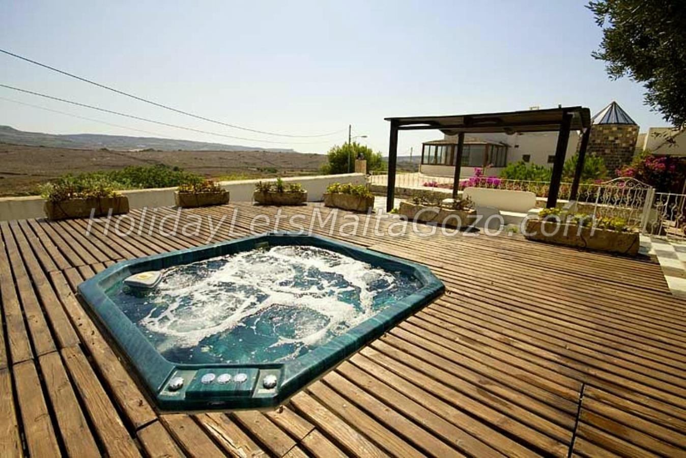 Jacuzzi deck with open Country Side views
